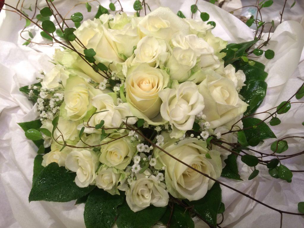 Brudbukett med vita rosor