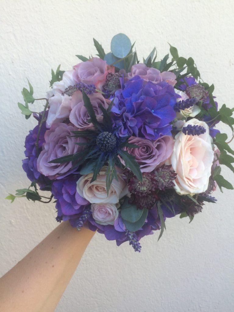 Blå lila brudbukett med rosor, hortenisa, tistlar, stjärnflocka