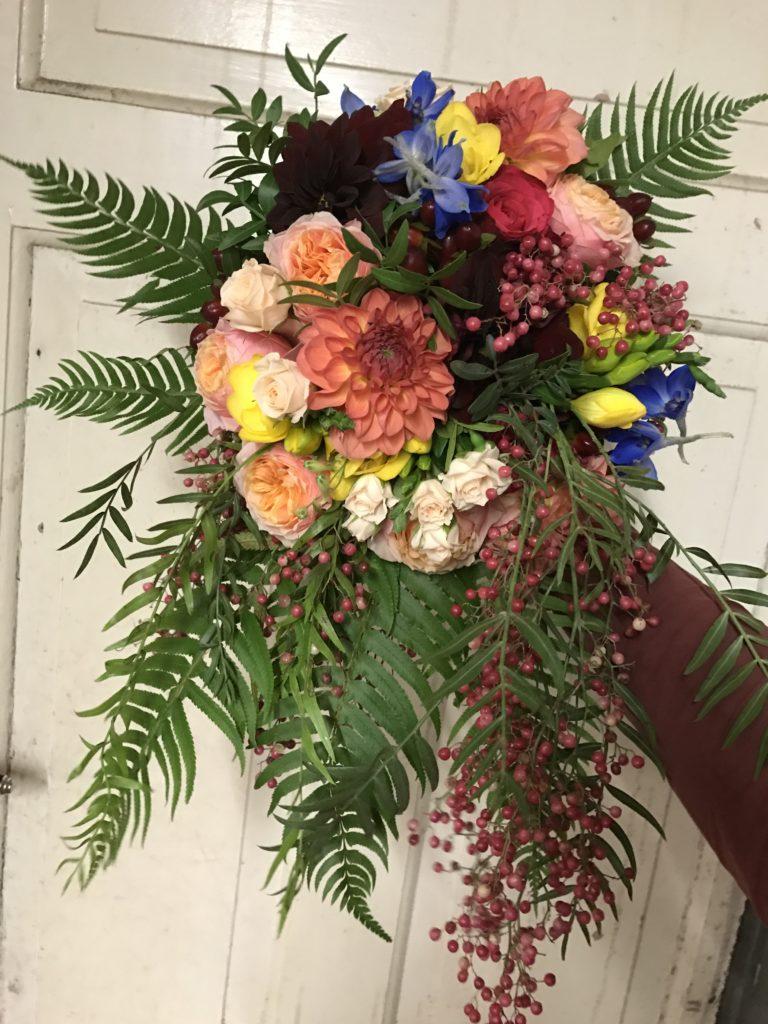 Brudbukett höstbröllop boho dahlia rosor