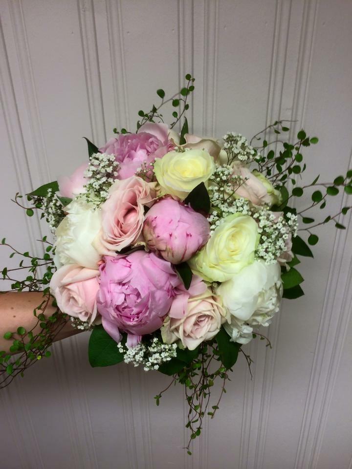 Brudbukett pioner rosor brudslöja