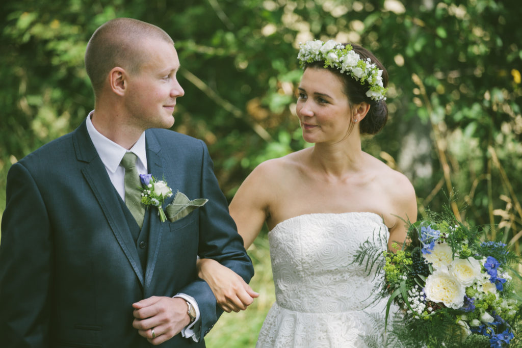 Corsage, brudbukett och hårblommor till bohemiskt bröllop