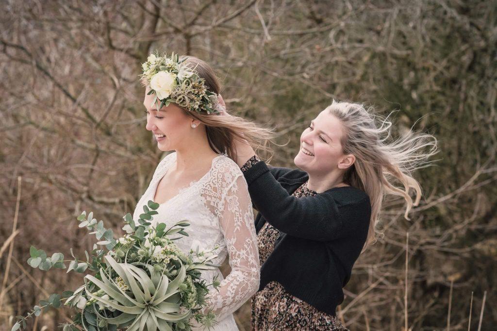 Bröllopsflorist i Höganäs fotar brudbukett med Anna Lauridsen