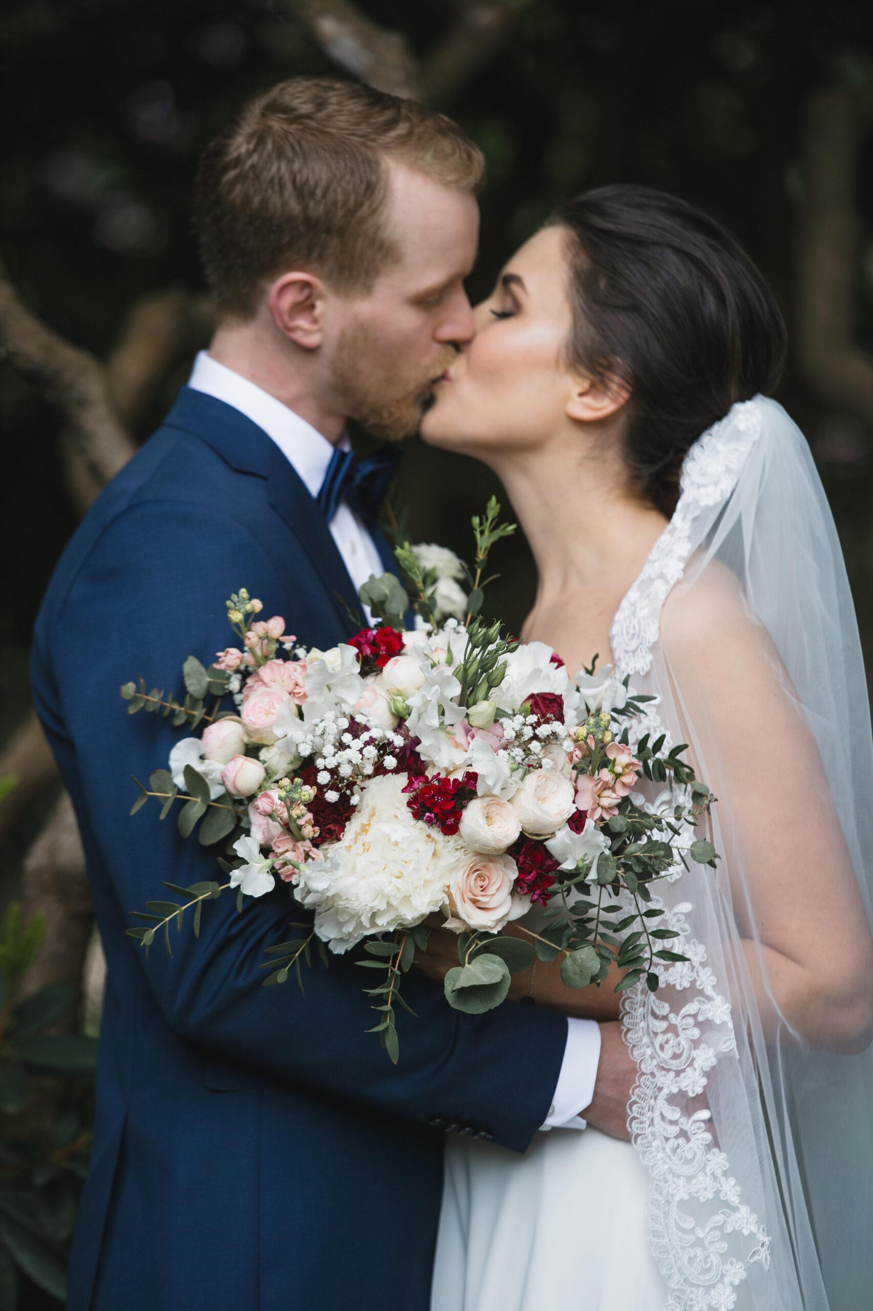 Brudbukett bröllopsbukett pioner pionbukett bröllopsblommor bröllopsbukett bröllop Norrviken Norrvikens trädgårdar Båstad